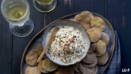 Galletas saladas y queso vegano de almendras